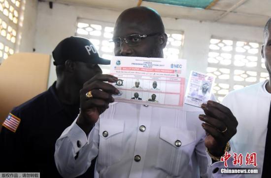 图为维阿现身投票站投票。