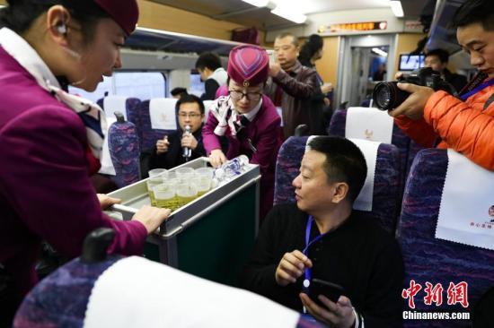 资料图:动姐在动车上服务。<a target='_blank' href='http://www.chinanews.com/'>中新社</a>记者 贺俊怡 摄