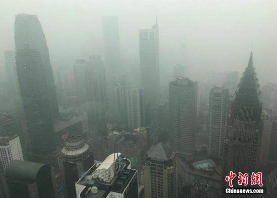 12月28日,重庆主城被大雾笼罩,高楼大厦若隐若现。 <a target=