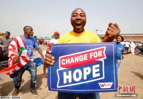 """非洲足协官方账号第一时间发推文为维阿送上祝贺:""""祝贺乔治-维阿!前金球先生,现任利比里亚总统!""""   乔治-维阿在自己的推特上写道:""""我怀着深厚的感情想要感谢大家,感谢利比里亚人民,今天让我荣幸地获得了你们的选票。这是巨大的希望。""""图为维阿的支持者在利比里亚首都蒙罗维亚为他加油助威。文字来源:环球网"""