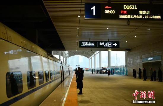 """12月28日,随着石家庄—青岛北的D1611次列车从石家庄火车站驶出,石家庄至济南高速铁路(以下简称""""石济高铁"""")全线开通运营。据了解,石济高铁在石家庄站与京广高铁衔接,在德州东站与京沪高铁衔接。图为该列车驶出石家庄火车站。 /p记者 翟羽佳 摄"""