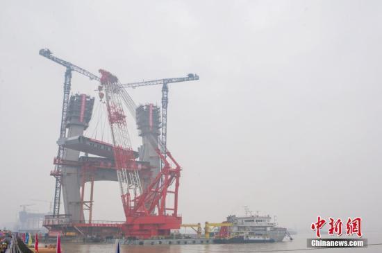 资料图:商合杭铁路芜湖长江公铁大桥主桥首个整节钢梁架设成功。中新社记者 张娅子 摄