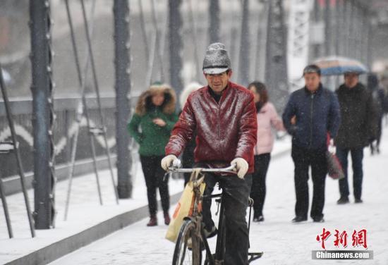 资料图:降雪天气外出的市民。 杨艳敏 摄