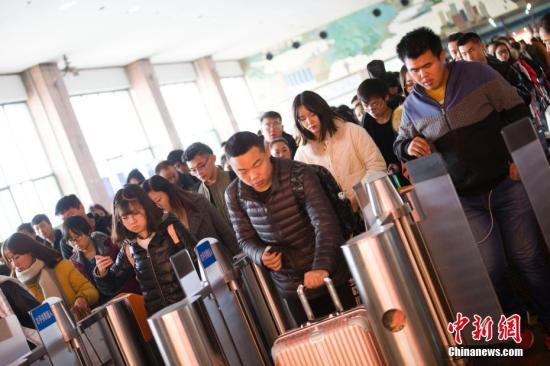 资料图:民众正在检票准备乘车出行。 张云 摄