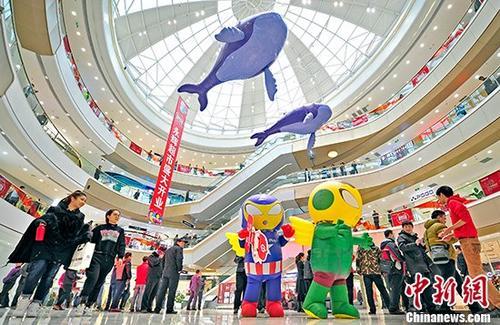 """12月29日,天津滨海新区首个""""一站式""""大型商业综合体开业。该购物中心总建筑面积46.62万平方米,以购物、餐饮、休闲、娱乐、展示等业态组合为定位。 <a target='_blank' href='http://www.chinanews.com/' _fcksavedurl='http://www.chinanews.com/'>中新社</a>记者 佟郁 摄"""