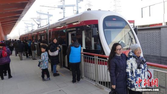 12月30日,连接巴沟至香山的北京公交有轨电车西郊线正式开通运营。中新社记者 苏丹 摄