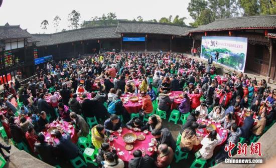 资料图:四川武胜近千游客吃庖汤喜迎新年。