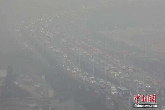 12月30日,登高远望,南京城笼罩在雾霾中。当日,南京遭遇雾霾天,据当地环保部门发布的信息显示,空气质量指数(AQI)为重度污染,首要污染物为PM2.5。<a target='_blank' href='http://www.chinanews.com/'>中新社</a>记者 泱波 摄
