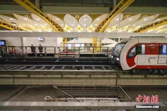 资料图:2017年12月30日,北京首条磁悬浮轨道交通S1线开通试运营。图为列车驶入金安桥站。<a target='_blank' href='http://www.chinanews.com/'>中新社</a>记者 贾天勇 摄