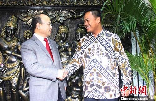资料图:肖千(左)与印尼外交部官员握手致意。记者 林永传 摄