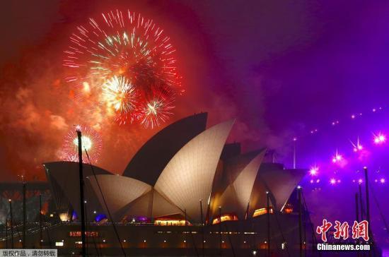 资料图:澳大利亚悉尼歌剧院上空燃放烟花。