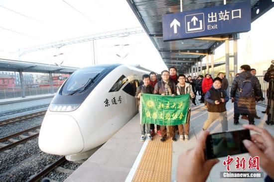 资料图:市民体验北京市郊铁路城市副中心线首发列车。中新社记者 韩海丹 摄