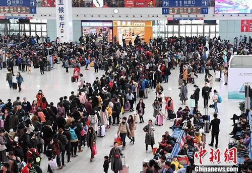 资料图:12月30日,出行的旅客在福州火车北站排队候车。<a target='_blank' href='http://www-chinanews-com.shenghouchang.com/'>中新社</a>记者 张斌 摄