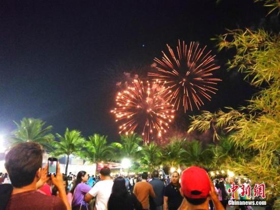 马尼拉湾烟火跨年迎新气氛浓郁