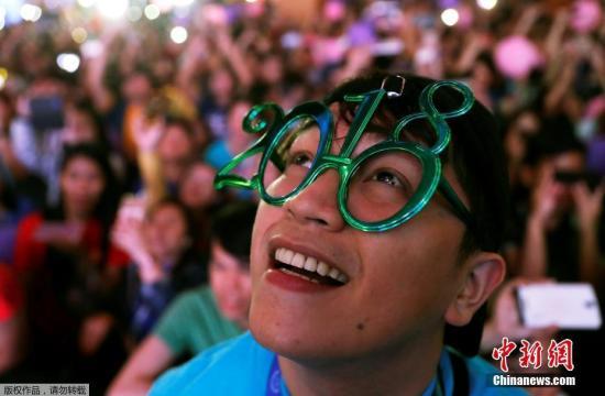 当地时间2018年1月1日,菲律宾马尼拉民众在广场庆祝新年的到来。
