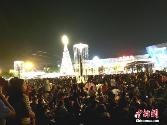 2018-12-10跨年夜,十几万马尼拉市民涌向马尼拉湾畔,欣赏跨年烟火。岁末年初,马尼拉经济热,天气热,人们对新的一年充满热切期望。图为在MALL OF ASIA 广场前,万人聚集,一起新年倒数。<a target='_blank' href='http://www-chinanews-com.syzkm.com/'>中新社</a>记者 关向东 摄