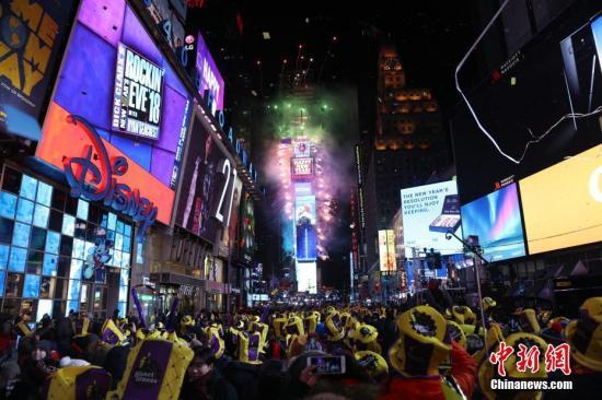 当地时间2018年1月1日0时,随着2018年的到来,纽约时报广场燃放起焰火。当日,纽约时报广场举行一年一度的跨年庆典,尽管当天气温降至零下十度以下,仍吸引了成千上万的人们在严寒中迎接新年。<a target='_blank' href='http://2livejas.com/'>中新社</a>记者 廖攀 摄