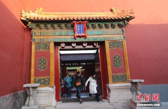 12月31日,游客从北京故宫博物院启祥门走过。自2018年元旦假期起,故宫启祥门常年对观众开放,同时启祥门至隆宗门广场段也成为了故宫博物院的开放区。这一区域的开放,打开了内西路与外西路的通路,有利于疏解中路相对集中的观众,方便观众更加便捷地参观慈宁宫区域和武英殿区域。启祥宫位于西六宫西南角,建于永乐十八年(1420),初名未央宫。嘉靖十四年,嘉靖帝改未央宫名为启祥宫。中新社记者 杜洋 摄