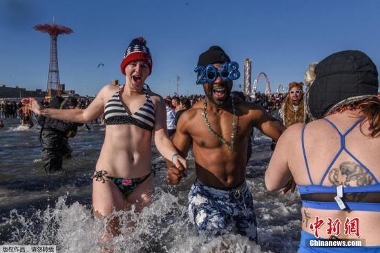 """参与者们涌入大西洋的冰冷海水中。""""北极熊冬泳""""已经成为了当地冬季的一项传统盛事。"""