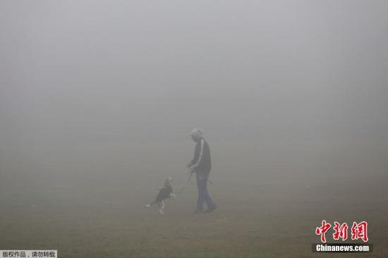 """当地时间2018年1月1日,印度新德里遭遇强雾霾天气,民众新年伊始便处在一片""""混沌""""之中。"""