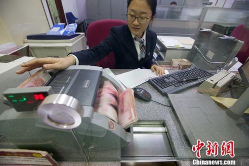 资料图:银行工作人员。中新社记者 张云 摄