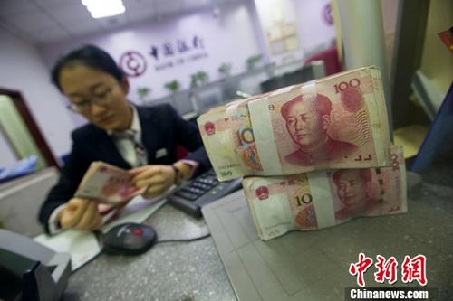 山西太原,银行工作人员正在清点货币。<a target=