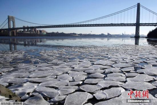 在美国中部,内布拉斯加州奥马哈的气温低至零下29摄氏度,创130年来最低水平;南达科他州阿伯丁气温降至零下36摄氏度,打破1919年低温纪录。图为当地时间1月2日,新泽西州帕利塞兹公园内,哈德逊河被冰封。