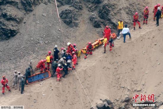 当地时间1月2日接近中午时分,一辆载有57人的客车在秘鲁首都利马以北约70公里的高速公路路段与一辆卡车碰撞,之后坠落悬崖。