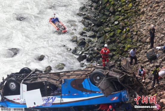 """当地时间2018年1月2日,秘鲁,一辆载有50余名乘客的大巴在秘鲁北部泛美公路上一段被称作""""魔鬼曲线""""的路段上坠下悬崖。"""