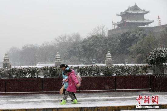 1月3日,陕西西安,孩子们在雪中玩耍。受强冷空气影响,陕西迎来大范围降雪天气。<a target='_blank' href='http://www.chinanews.com/'>中新社</a>记者 张远 摄