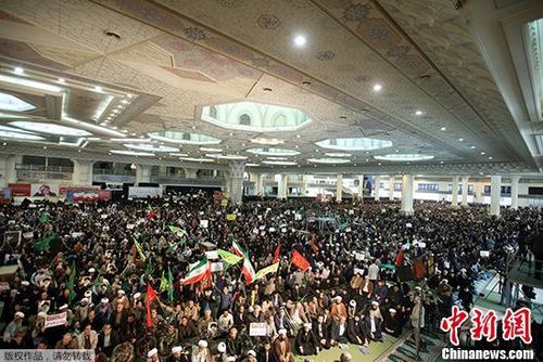 当地时间2017年12月30日,伊朗政府的支持者们聚集在伊玛目霍梅尼大清真寺,以对抗目前正在进行的反政府示威活动。