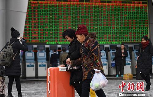 1月3日,2018年春运首日火车票正式开售,旅客在兰州火车站购票出行。 记者 杨艳敏 摄