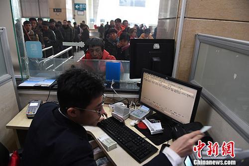 1月3日,2018年春运首日火车票正式开售,旅客在兰州火车站购票出行。<a target='_blank' href='http://www.chinanews.com/'>中新社</a>记者 杨艳敏 摄