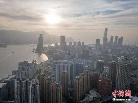 """香港的面积只有1106平方公里,当中已发展土地少于四分之一,而人口则逾730万,在地少人多的情况下,向高空发展,至今拥有超过1300座摩天大楼,冠绝全球。密集而高耸的建筑形态和城市空间已成为香港令人惊叹的鲜明特征,因而被人称作""""石屎森林""""。透过航拍机,感受高楼林立的维港两岸。 <a target='_blank' href='http://www.chinanews.com/'>中新社</a>记者 谢光磊 摄"""