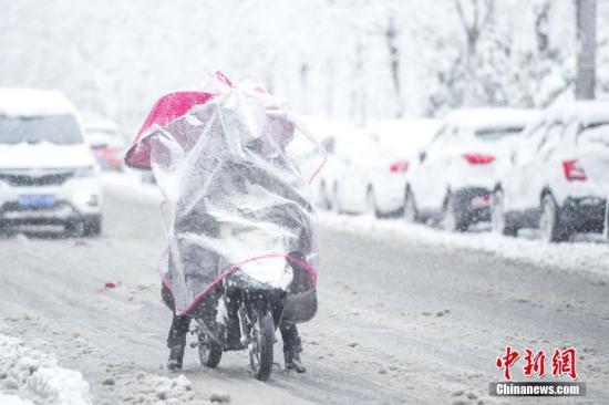 1月4日,安徽合肥迎来漫天大雪。据中央气象台发布的暴雪橙色预警信息预计,安徽中南部、江苏中南部等地有大雪,局部地区有暴雪。中新社记者 张娅子 摄