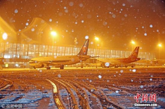 1月4日,江苏常州持续暴雪,当地气象台发布暴雪黄色预警。常州机场的除雪除冰机昼夜为飞机和跑道进行除雪除冰,保障飞行安全。陈�� 摄 图片来源:视觉中国