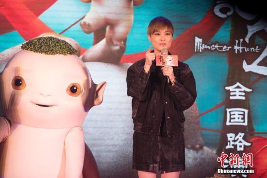 1月4日,李宇春在北京推广其参演的新片《捉妖记2》,现场与粉丝亲密互动。中新社记者 刘关关 摄