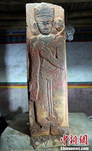 西藏自治区文物保护研究所副研究馆员夏格旺堆1月4日接受<a target='_blank' href='http://www.chinanews.com/'>中新社</a>记者采访时介绍,普兰观音碑是西藏阿里地区境内迄今发现的年代最早的一座石碑,也是现存的首座吐蕃时期造像碑。这证实了崇信佛教和督促弘法的举措当时已在此区域实施,对探讨西藏上部阿里历史文化和佛教艺术具有重要的参考价值。图为石碑正面浮雕莲花手观音菩萨立像。 <a target='_blank' href='http://www.chinanews.com/'>中新社</a>记者 夏格旺堆 摄