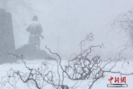 当地时间1月4日,暴雪中纽约法拉盛公园中的雕塑。 /p中新社记者 廖攀 摄