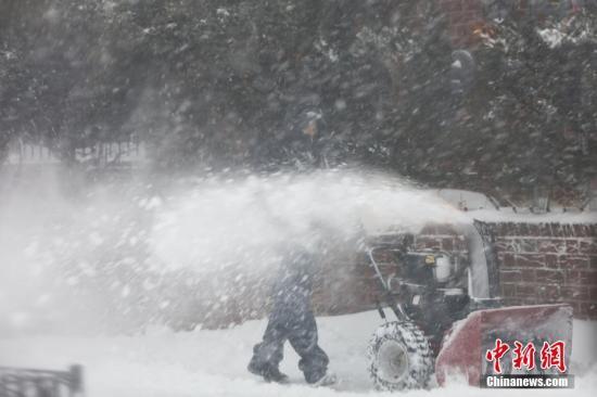"""当地时间1月4日,受一波被称为""""炸弹气旋""""的风暴影响,美国东北部地区当天普遍遭受暴雪袭扰,3000多个航班因此取消。 /p中新社记者 廖攀 摄"""
