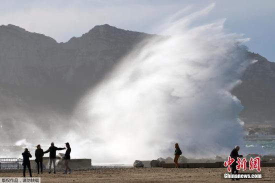 """当地时间2018年1月4日,法国马赛,""""埃莉诺""""风暴卷起巨大海浪。""""埃莉诺""""风暴来袭带来的恶劣天气仍在法国持续。据法新社报道,恶劣天气已引发多起事故,1人在滑雪时被倒下的树木砸中死亡,另有15人受伤,其中4人伤势严重。"""