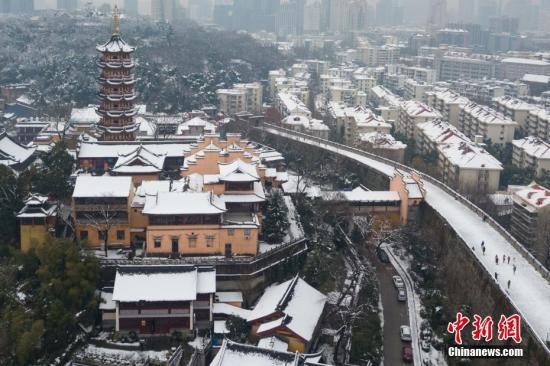 1月5日,航拍南京鸡鸣寺和明城墙。当日,南京大雪渐止,城市处处迎来如画美景。<a target='_blank' href='http://www.chinanews.com/'>中新社</a>记者 泱波 摄