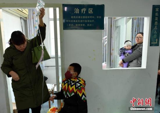 资料图:等待治疗的小患者。<a target='_blank' href='http://www.chinanews.com/'>中新社</a>记者翟羽佳摄