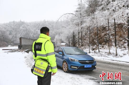 """""""路长""""袁乐军在刘家坳路段排查道路冰雪情况 朱华刚 摄"""