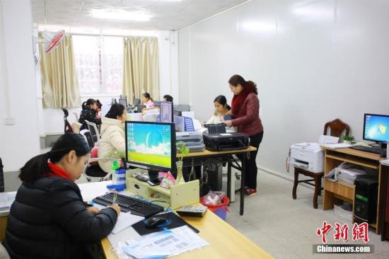 资料图:网络营销工作人员正在工作。朱柳融 摄