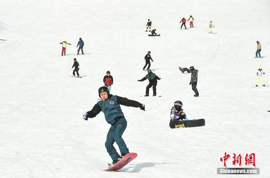 资料图:北京市民在滑雪。<a target='_blank' href='http://www.chinanews.com/' >中新网</a>记者 翟璐 摄