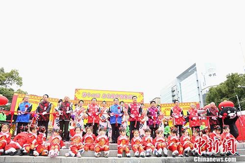 """第十二届""""名古屋中国春节祭""""1月6日在日本名古屋市中心的久屋广场盛大开幕。中国驻名古屋总领事邓伟(右五)与嘉宾一同为开幕式剪彩。 中新社记者 吕少威 摄"""