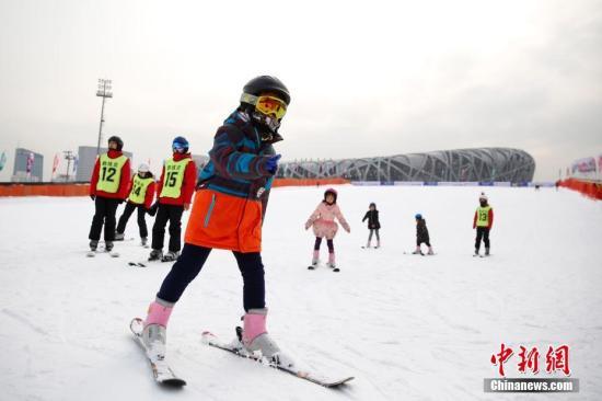 资料图:一群少年参加冰雪项目。中新社记者 韩海丹 摄