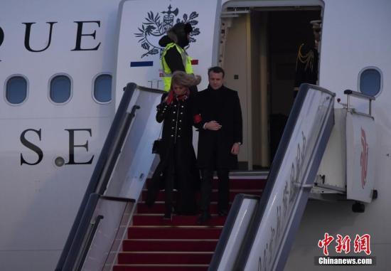 1月8日下午5时许,法国总统马克龙乘专机由中国西安抵达首都北京,继续其任内首次访华之行。马克龙是2018年访华的首位外国元首,也是中共十九大后首位访华的欧盟国家领导人。中新社记者 侯宇 摄