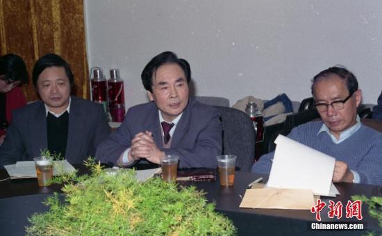 资料图为1993年,侯云德院士在中国预防医学科学院第三届第二次学术委员会会议上。